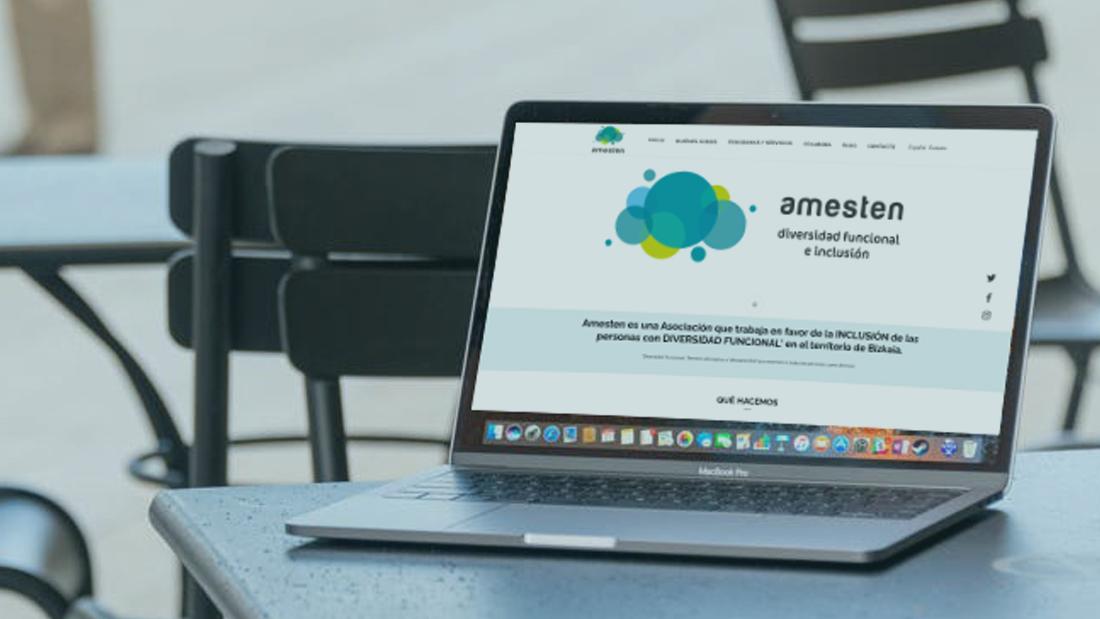 En un ordenador se visualiza la nueva web de la Asociación Amesten, para la inclusión de las personas con diversidad funcional.