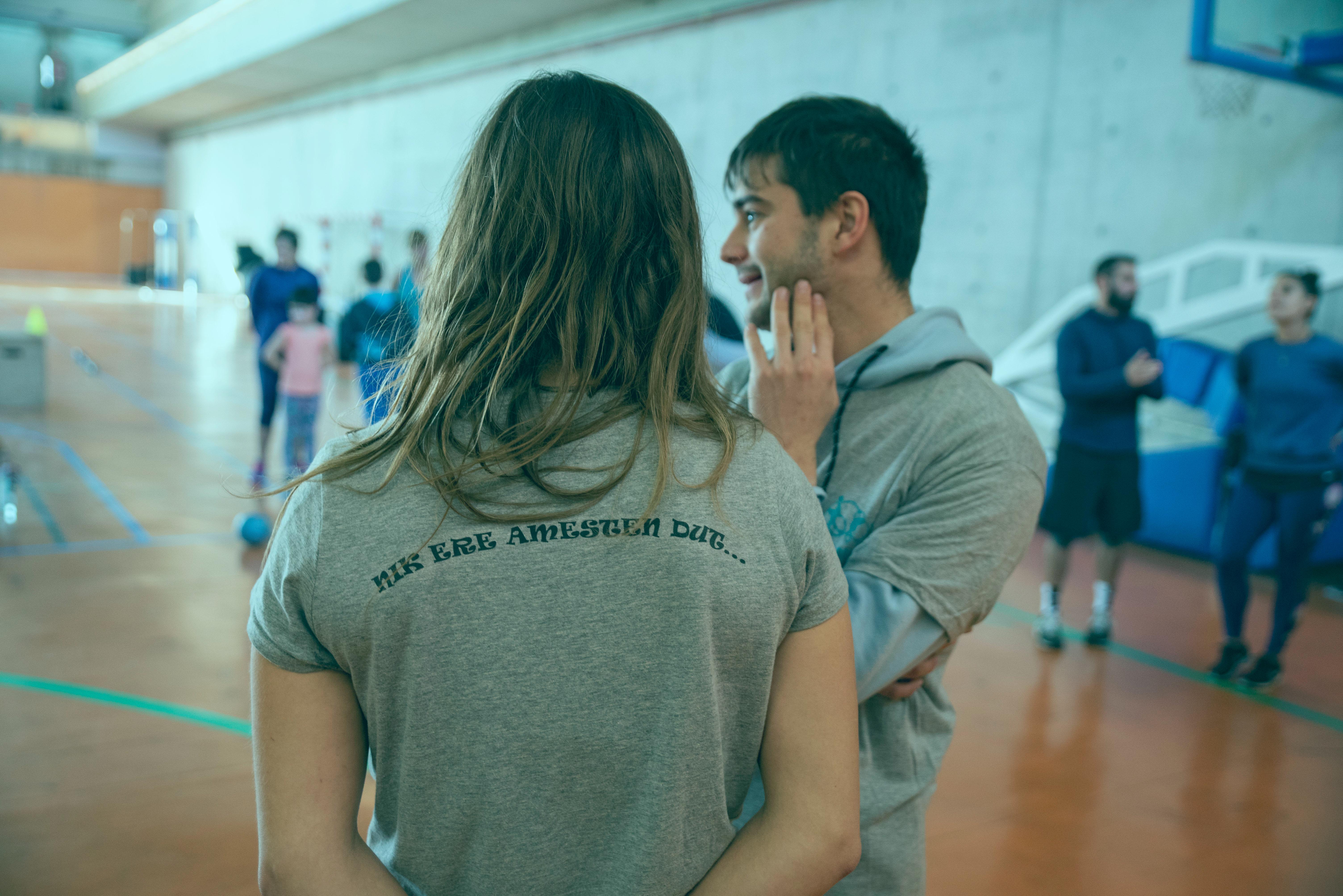 Persona de espaldas con una camiseta donde se lee: 'Nik ere amesten dut...' (Yo también sueño).