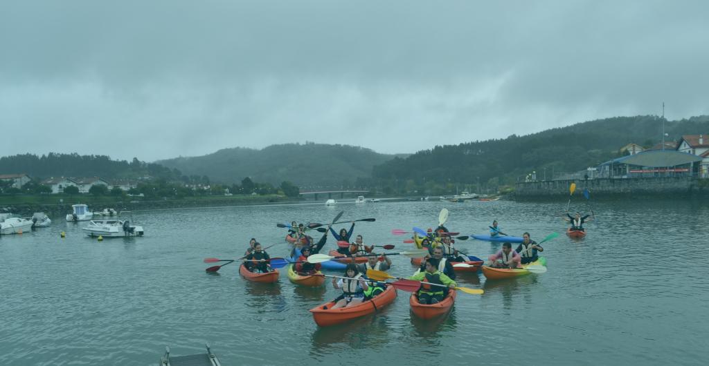 Jóvenes haciendo kayak