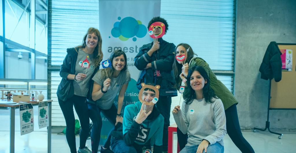 Equipo de Amesten posando en la foto con merchandising del maratón solidario