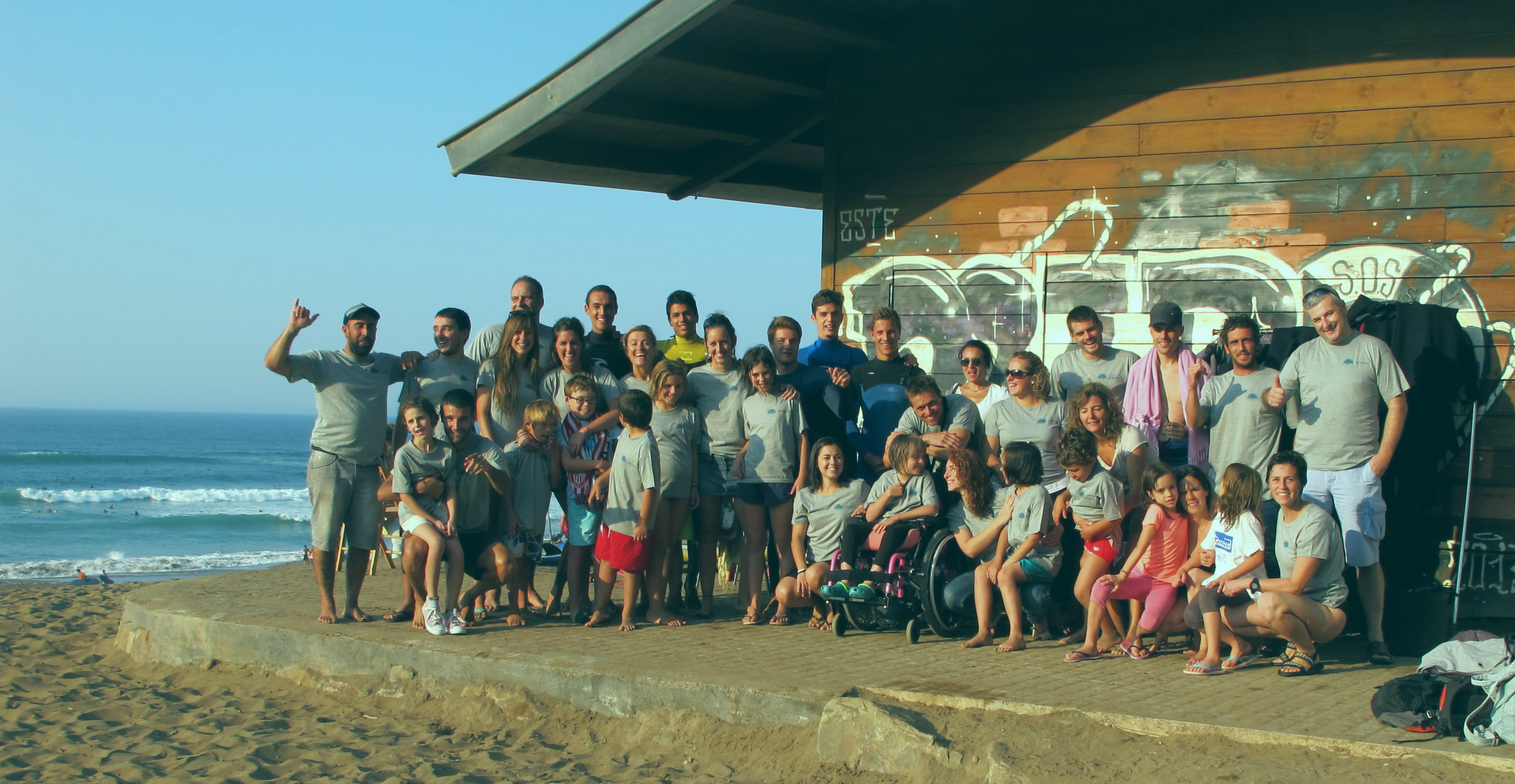 Grupo de niños y adultos en la playa