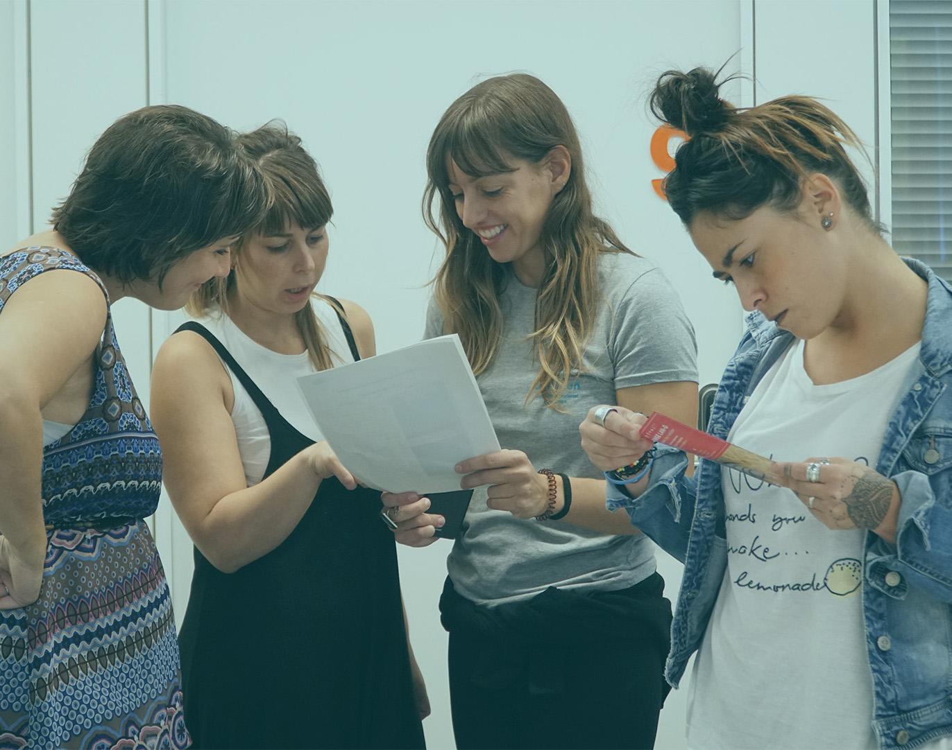 Las chicas de Amesten revisan unos textos.